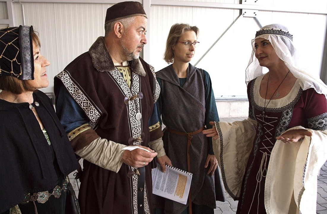 Historienspiel: Johanna van Akkeren, H...abine Stumpf (von links) bei der Probe  | Foto: Michael Haberer