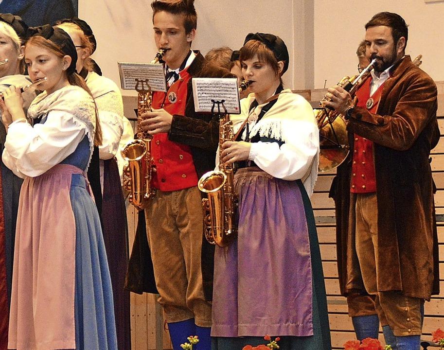 Der Hausener Gesamtchor band einen fröhlichen Liederstrauß  | Foto: Edgar Steinfelder