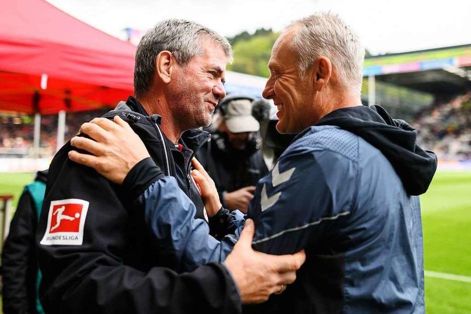 Vor dem Spiel: Zwei Trainerurgesteine der Bundesliga begrüßen sich. Man kennt sich, man schätzt sich. Beide Teams mussten zudem nicht mehr zittern, bereits vor dem Spiel stand der Klassenerhalt fest. (Foto: dpa)