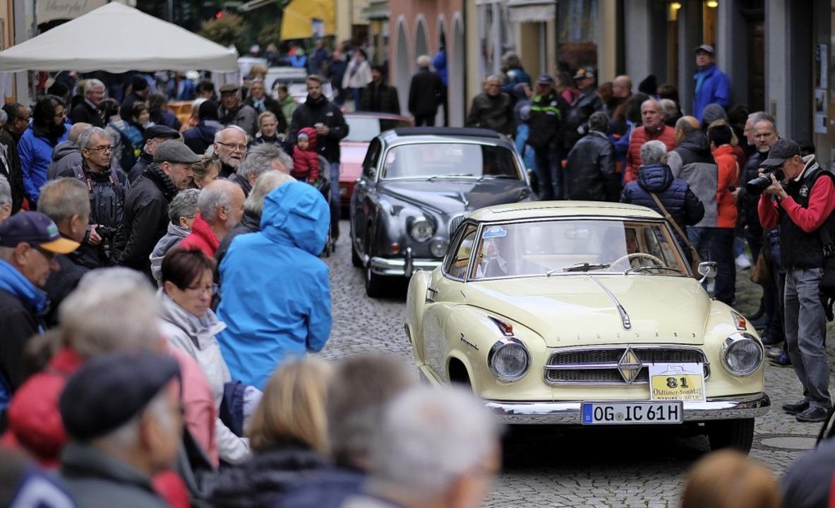 Die Parade der automobilen Schätze loc...Altstadt. Vorne ein Borgward Isabella.  | Foto: Hans-Peter Müller