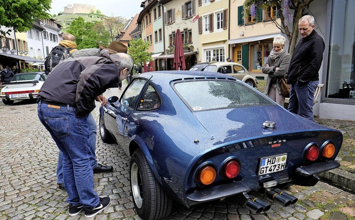 Der Traum der Jugend wird bestaunt, ein Opel GT/J von 1973.  | Foto: Hans-Peter Müller