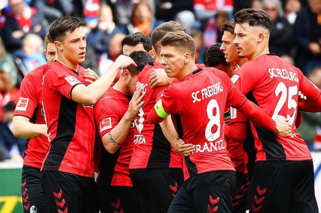 Jubel nach dem Elfmetertreffer: Die SC...Torschützen Vincenzo Grifo (verdeckt).  | Foto: Achim Keller