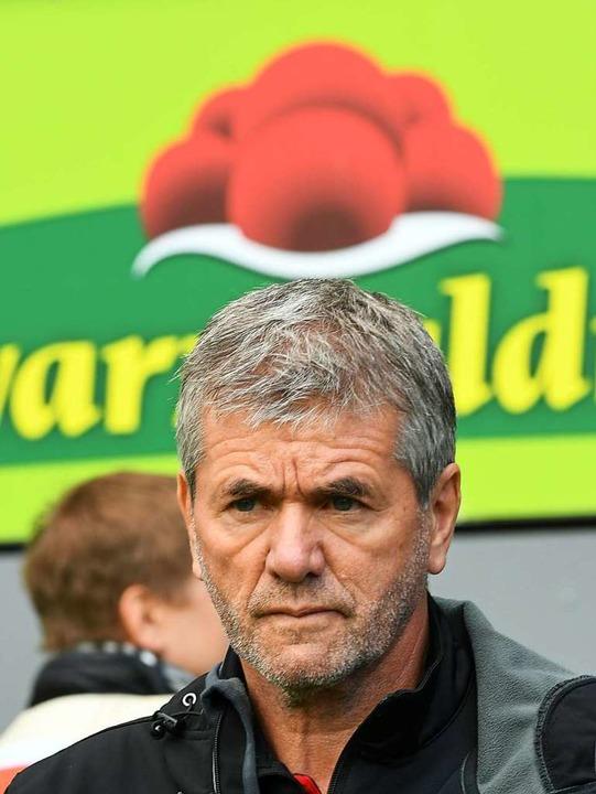 Wechsel zum SC Freiburg? Nein, Düsseld...r vor einer  Werbebande mit Bollenhut.  | Foto: dpa