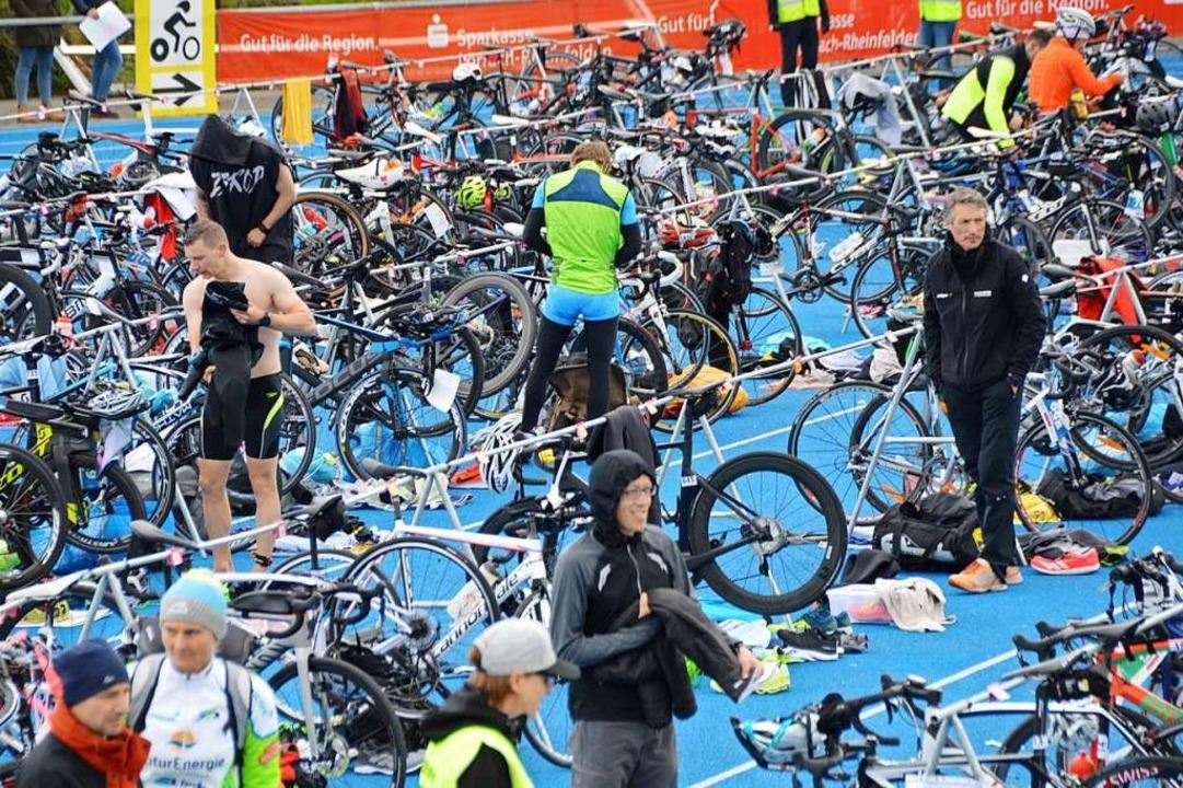 Nach dem Schwimmen ist Radfahren angesagt.    Foto: Horatio Gollin