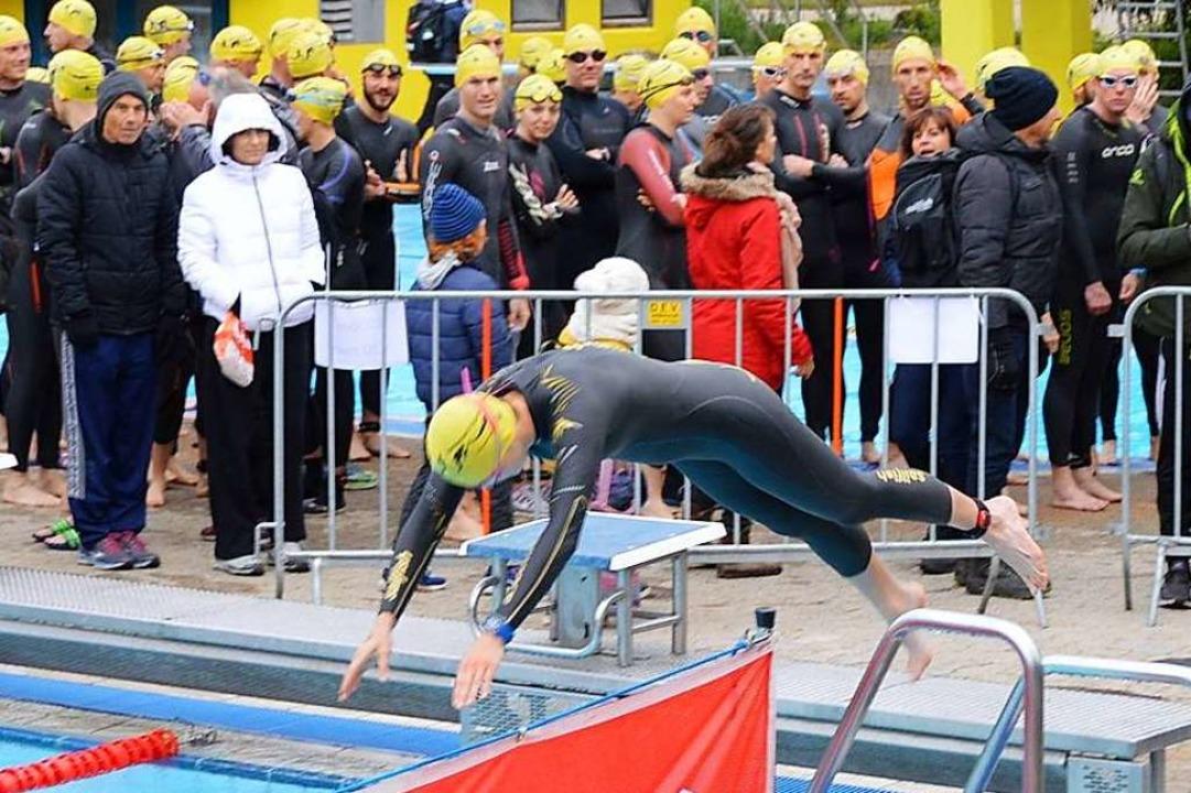 Start des Schwimmens im Freibad.    Foto: Horatio Gollin