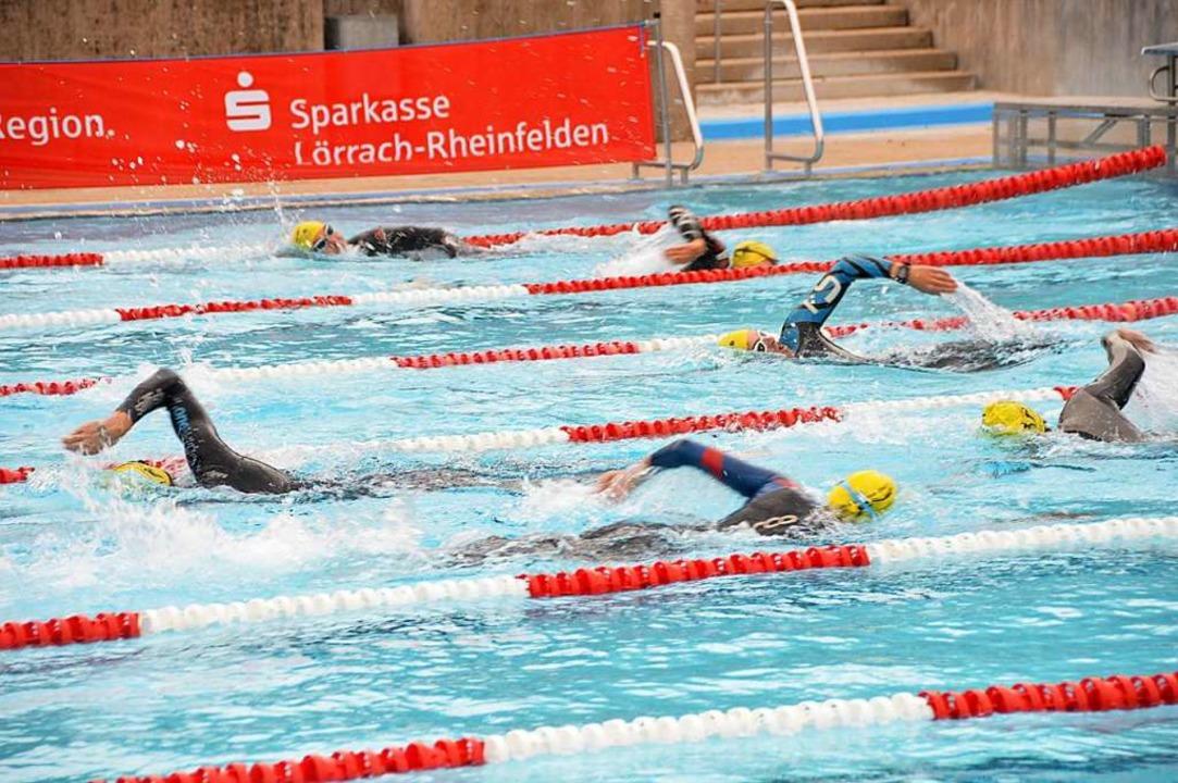 Beim schnellen Schwimmen im Neopren wird den Sportlern schnell warm.    Foto: Horatio Gollin