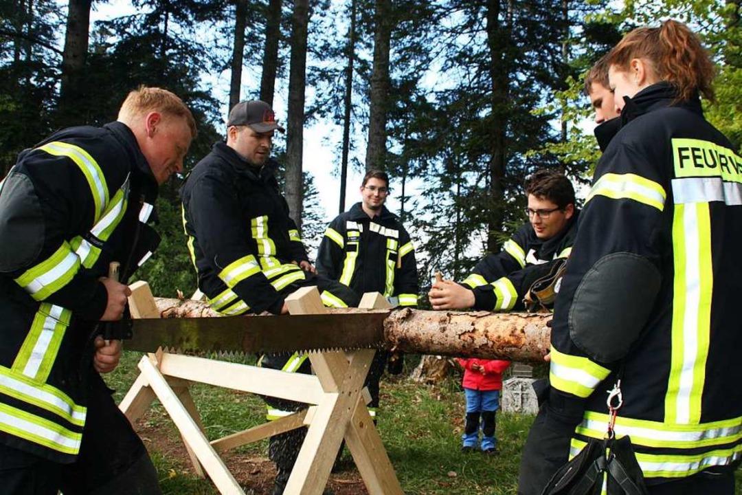 Teamgeist war beim Sägen in Rotzingen war gefordert.    Foto: Gerd Leutenecker