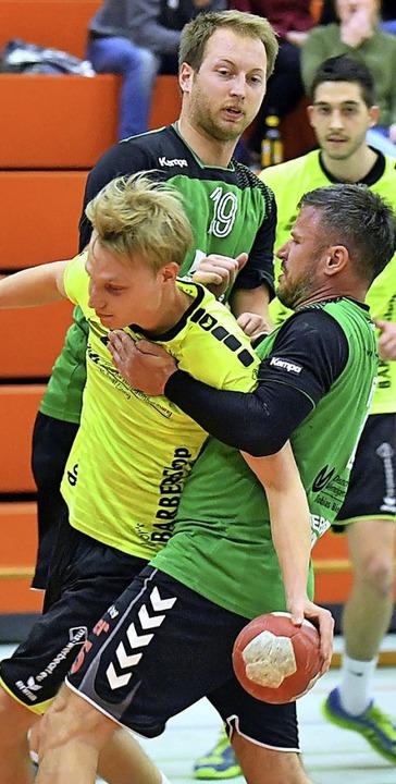 Jannik Stahl (gelbes Trikot) erzielte fünf Tore beim Sieg des TuS Nonnenweier.   | Foto:  Wolfgang Künstle