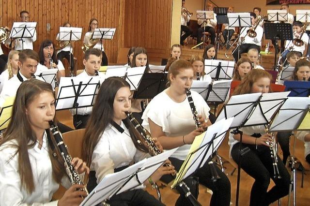 100 Nachwuchsmusiker harmonieren auf der Bühne