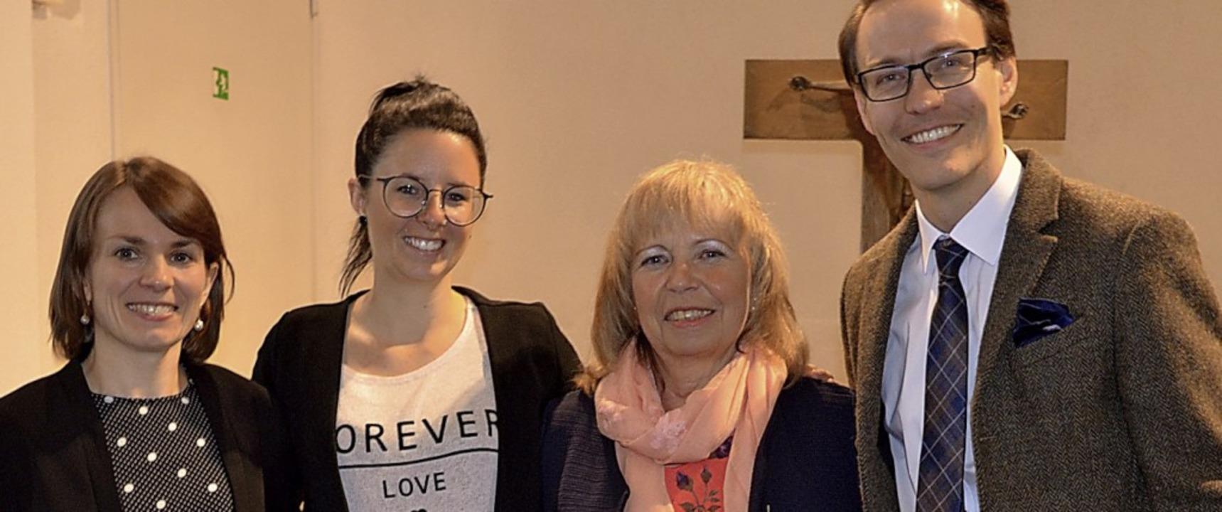 Stabwechsel (von links): Pfarrerin Reg...Ingrid Stoll und Pfarrer Michael Born     Foto: Rasenberger