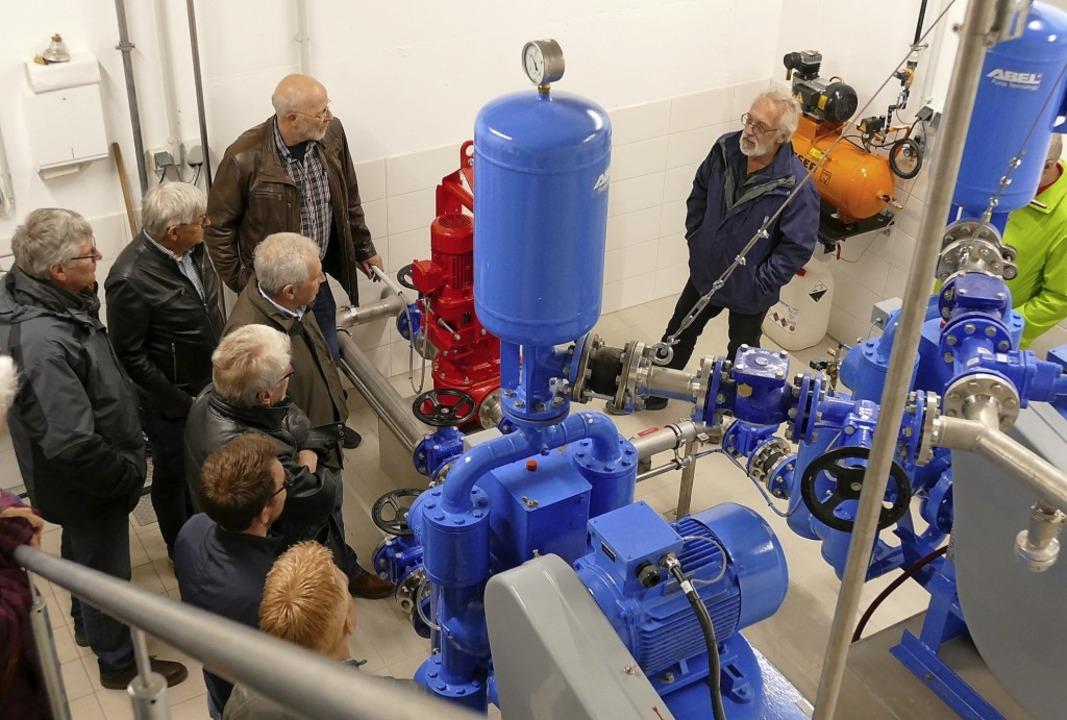 Im Innern des kleinen Pumpwerks in Bol...uterte den Interessierten die Details.  | Foto: Juliane Kühnemund