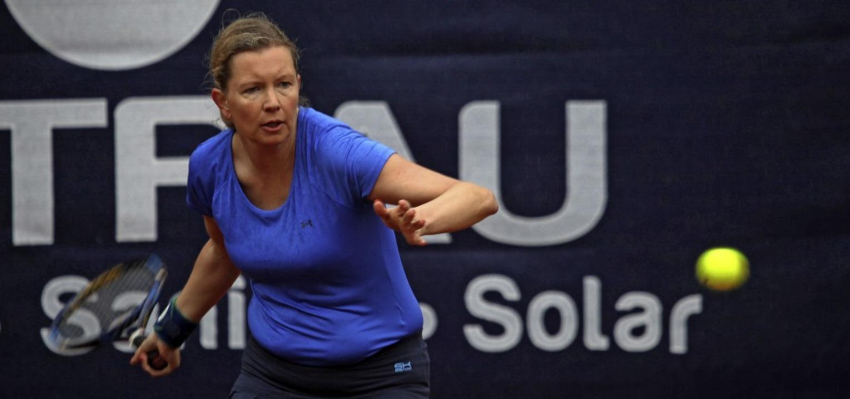 Hier noch unter freiem Himmel: Nadine ...gegen Sara Ganzhorn ohne Satzverlust.     Foto: Uwe Rogowski