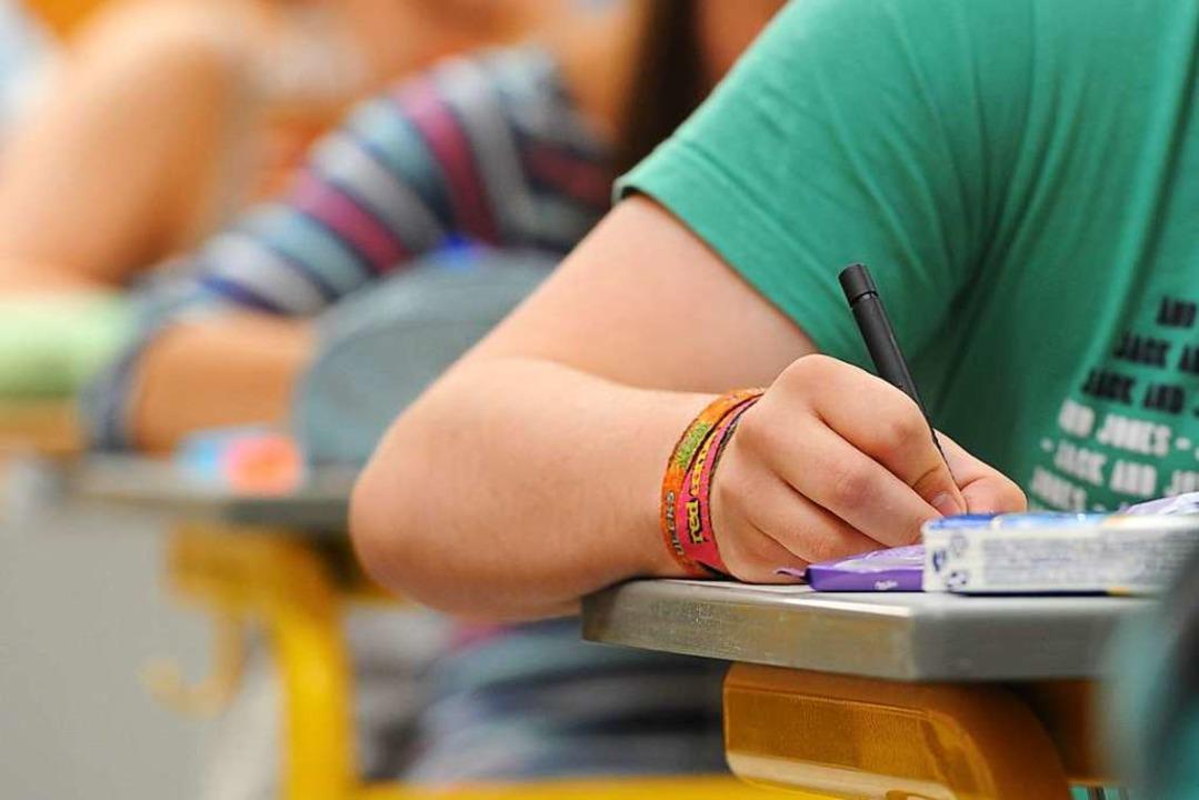 Pflegeschülerinnen und Pflegeschüler m...ftliche Prüfungen ablegen. Symbolbild.    Foto: dpa