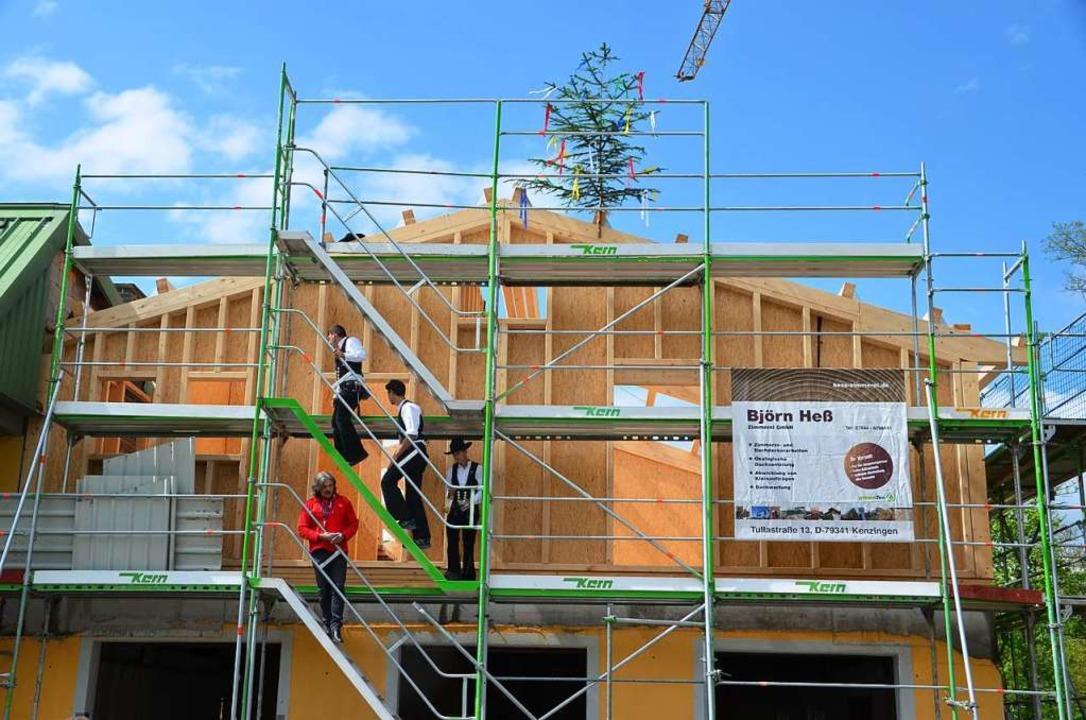 Auf dem Gebäude des Rudervereins haben Zimmerleute ein neues Dach aufgestellt.  | Foto: Hans-Jochen Voigt