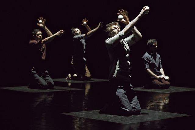 Humanoptère: Vierzehn Hände und unzählige Bälle in einer punktgenauen Choreografie