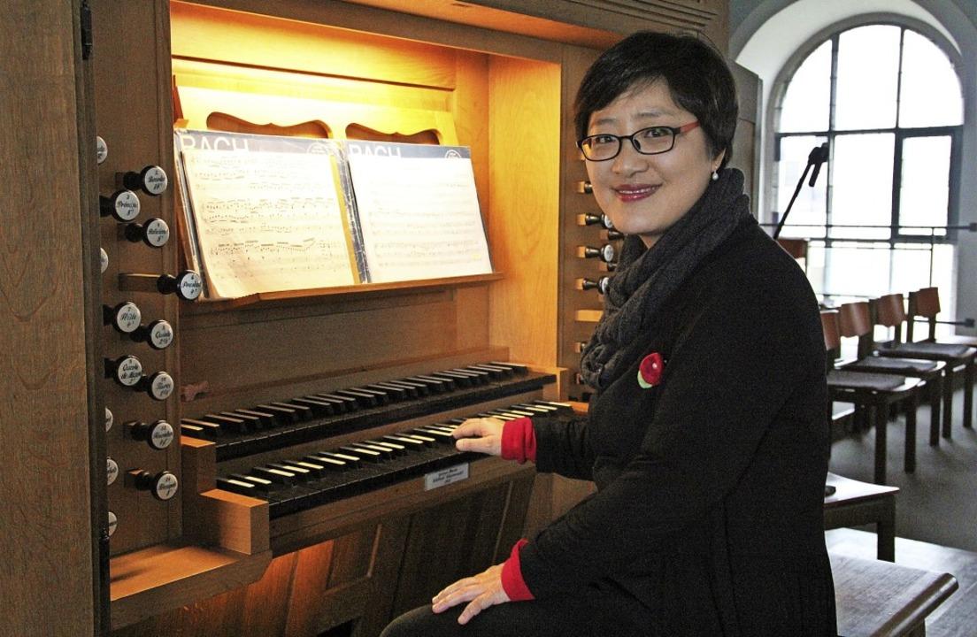 Die Organistin Hae-Kyung Jung an der Heitersheimer Orgel  | Foto: Sabine Model