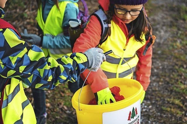 Helfer zeigen ein Herz für die Natur