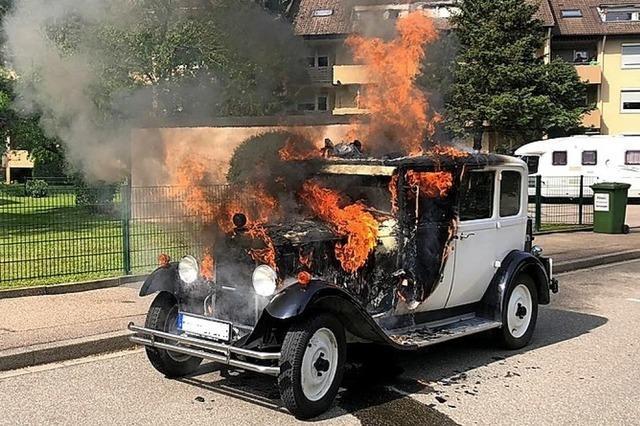 Geparkter Oldtimer gerät in Brand