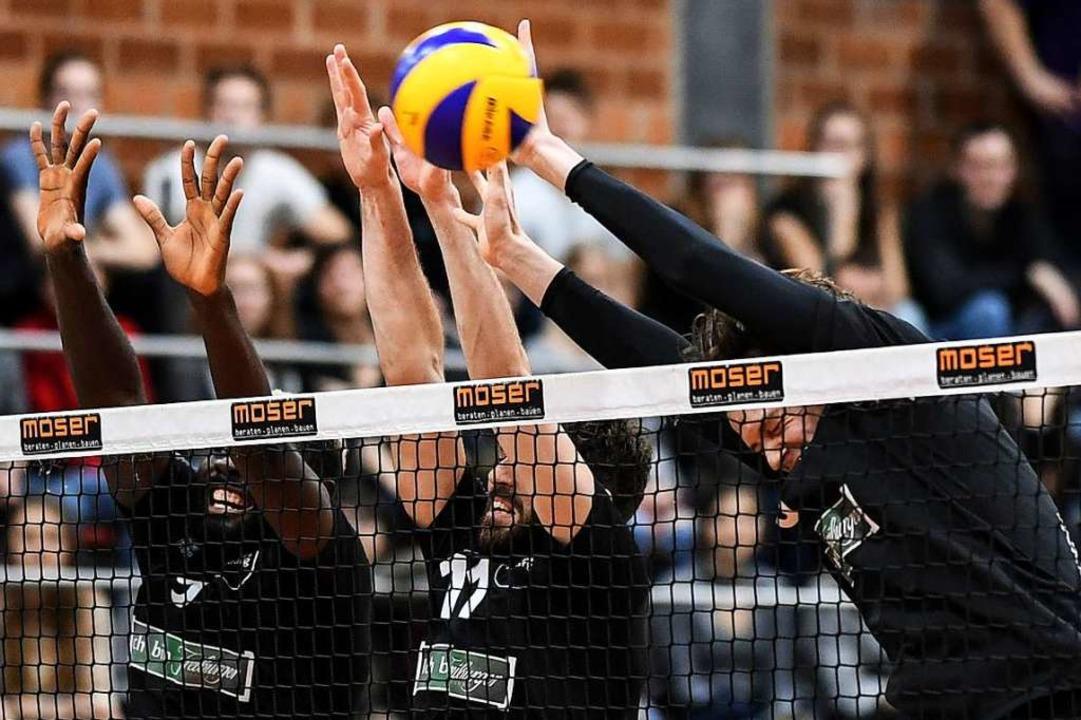 Blocken die Freiburger Volleyballer (v... Eine Wildcard soll es möglich machen.  | Foto: Patrick Seeger