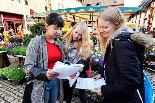 Freiburger Gymnasiasten haben Unterricht im und ums Münster herum