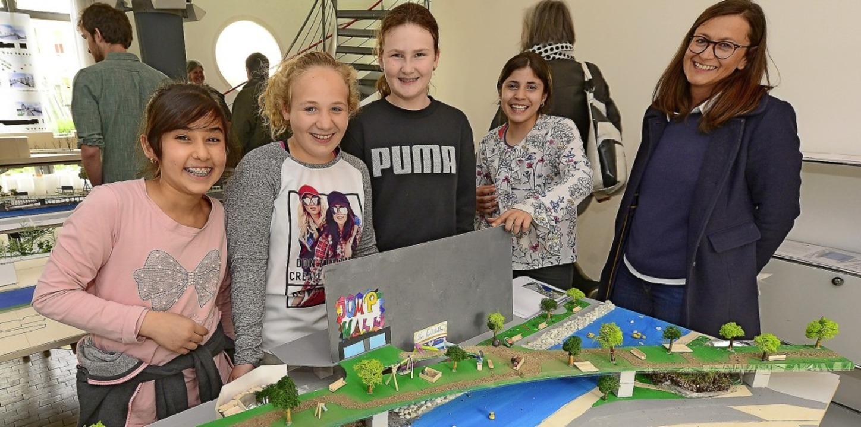 Glückliche Preisträgerinnen (von links...Klasse 5b der Pestalozzi-Realschule.      Foto: Ingo schneider