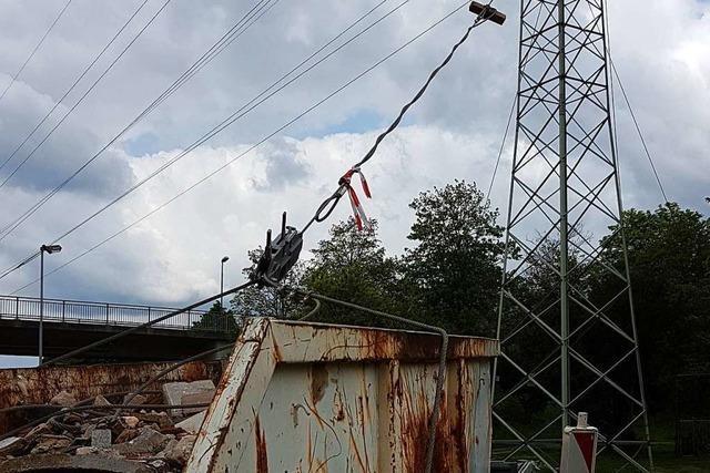 Strommasten an der B415 in Lahr werden mit Stahlseilen gestützt
