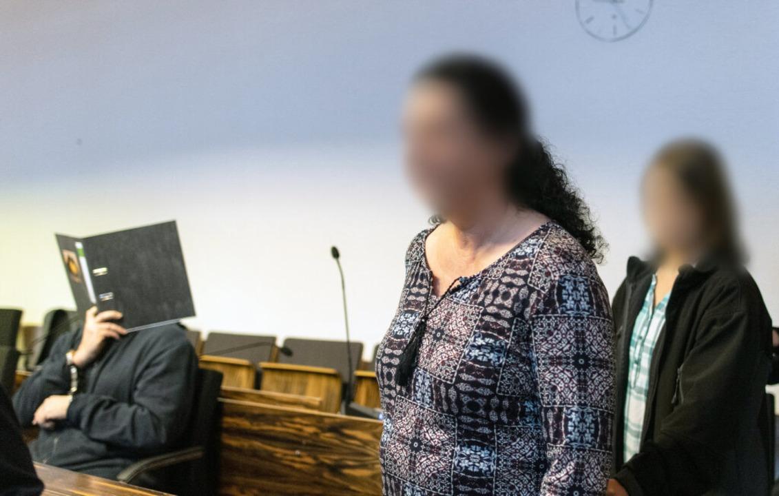 Monika Beisler und ihre Tochter Maria ...im Gerichtssaal im Landgericht vorbei.  | Foto: dpa