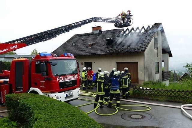 Dachgeschoss brennt, der einzige Bewohner kann das Haus rechtzeitig verlassen