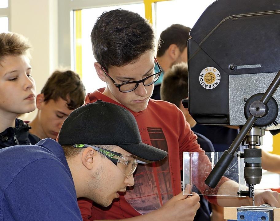 Philipp Diehr (vorne Mitte) ist einer ...tes Lust auf technische Berufe wecken.  | Foto: Martha Weishaar
