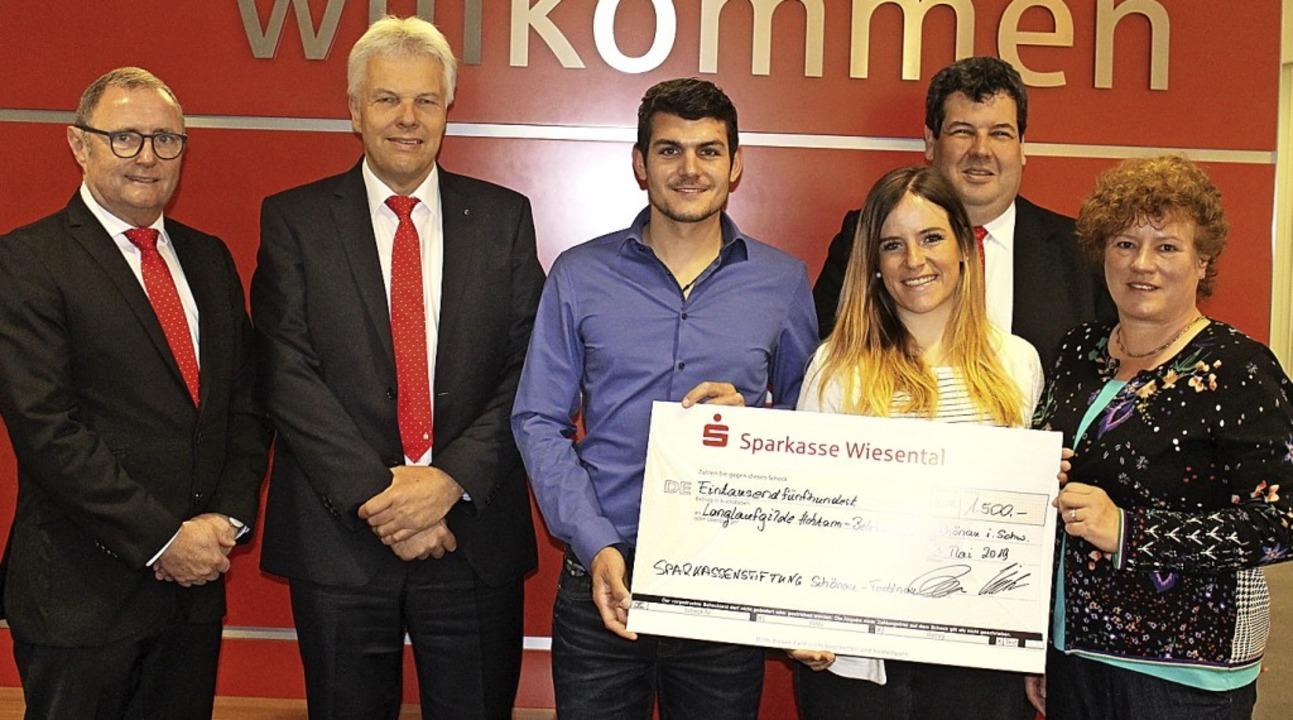 Sparkassendirektor Lothar Müller freut...Arbeit der Langlaufgilde (von links).   | Foto: klabund