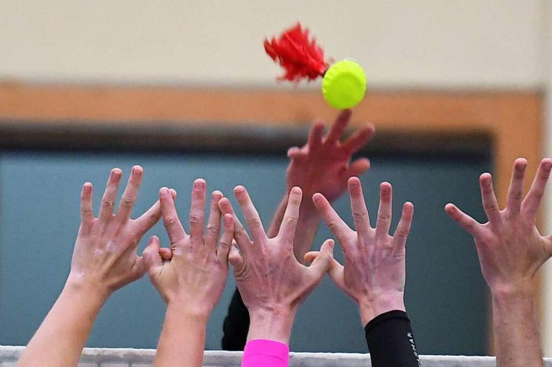 Alle Hände hoch: Indiaca-Spieler am ve...henende in der Kenzinger Üsenberghalle  | Foto: Seeger