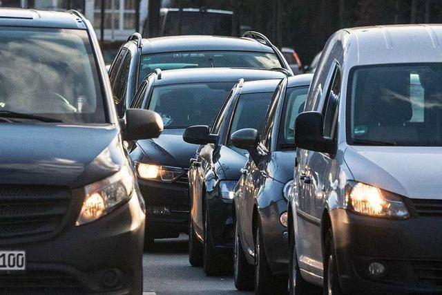 Zwei Autos an Abzweigung Brombach frontal aufeinandergeprallt – langer Stau