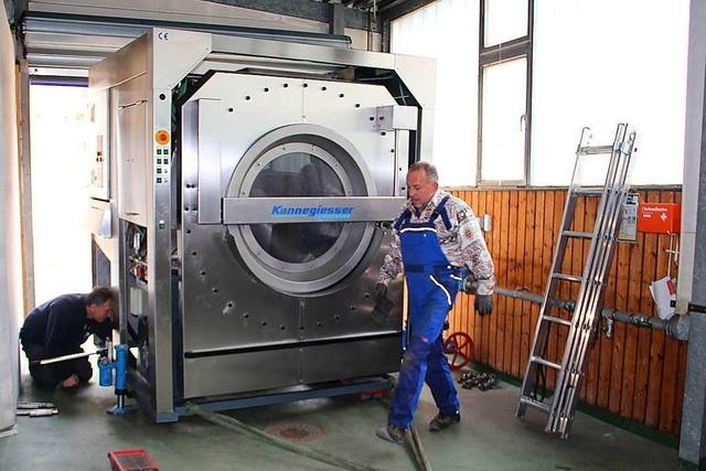 Firma aus Hausen bekommt neue fünf Tonnen schwere Waschmaschine