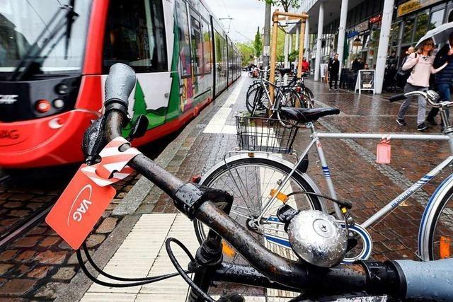Fahrräder stören das Blindenleitsystem in der Freiburger Innenstadt