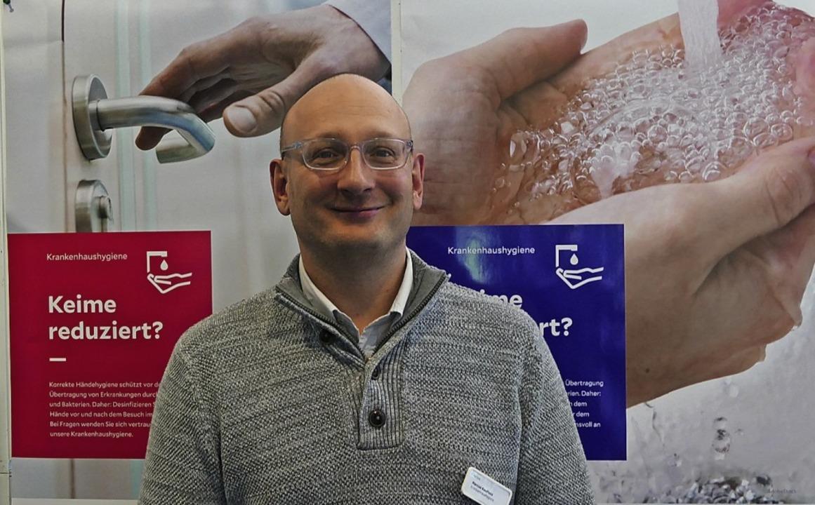 Hygiene-Experte Marcus Kaufhold erklär...ältig pflegen sollte und wie das geht.  | Foto: Jannik Pfister