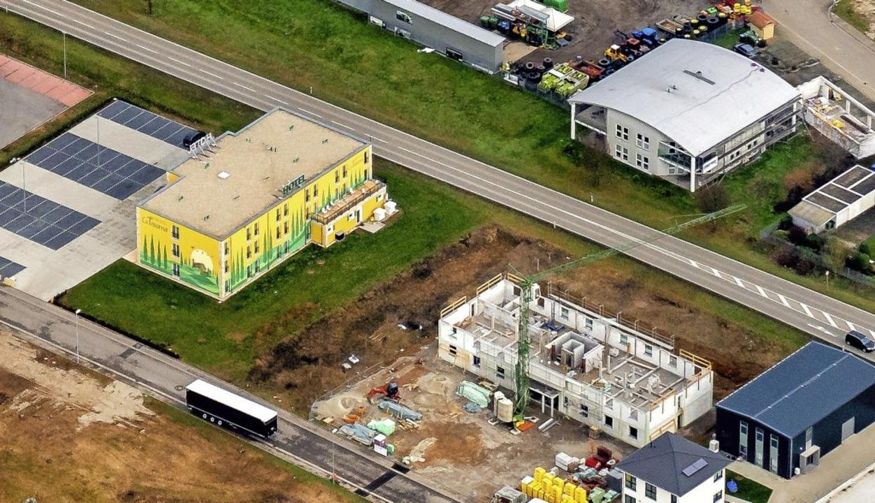 Zwischen Hotel Toscana (gelbes Gebäude...ss allerdings noch beantwortet werden.    Foto: Martin Bildstein