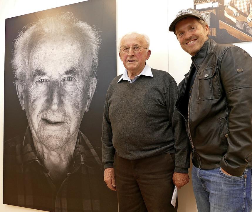 Der Fotograf Manfred Baumann (rechts) ...rl Waldvogel im Kurhaus Hinterzarten.   | Foto: Tanja Bury