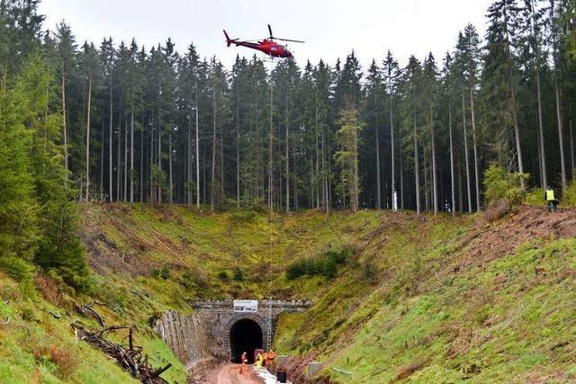 Hubschrauber fliegen 250 Strommasten an die Bahnstrecke bei Löffingen