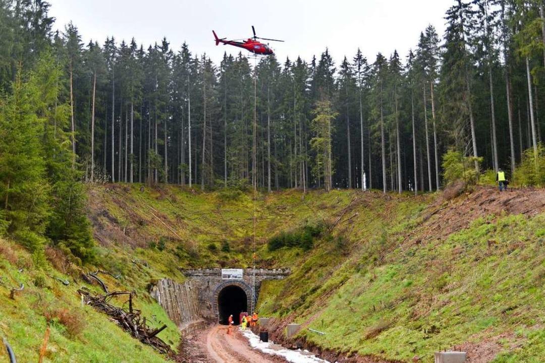 Hubschaubereinsatz für die Höllentalbahn Ost.  | Foto: Philippe Thines