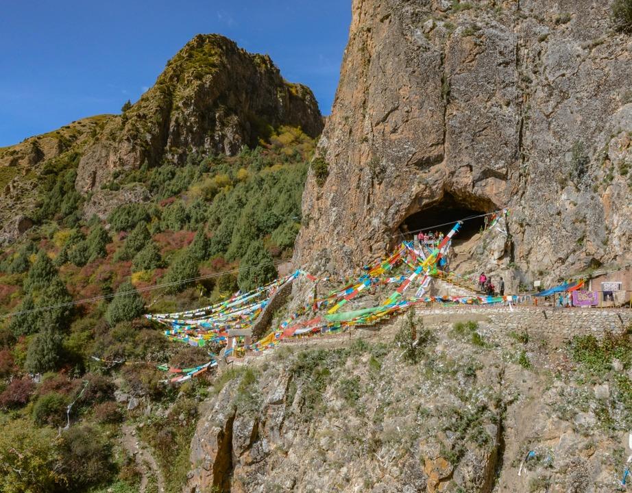 Die Baishiya Höhle, in fast 3300 Meter...t des verräterischen Denisova-Kiefers.  | Foto: Dongju Zhang, Lanzhou University
