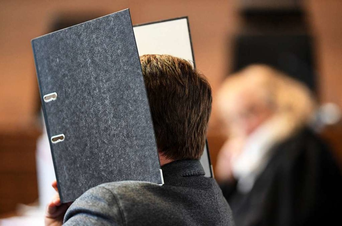 Der wegen Kindesmissbrauchs angeklagte...Haftzeit in Sicherungsverfahrung muss.  | Foto: dpa