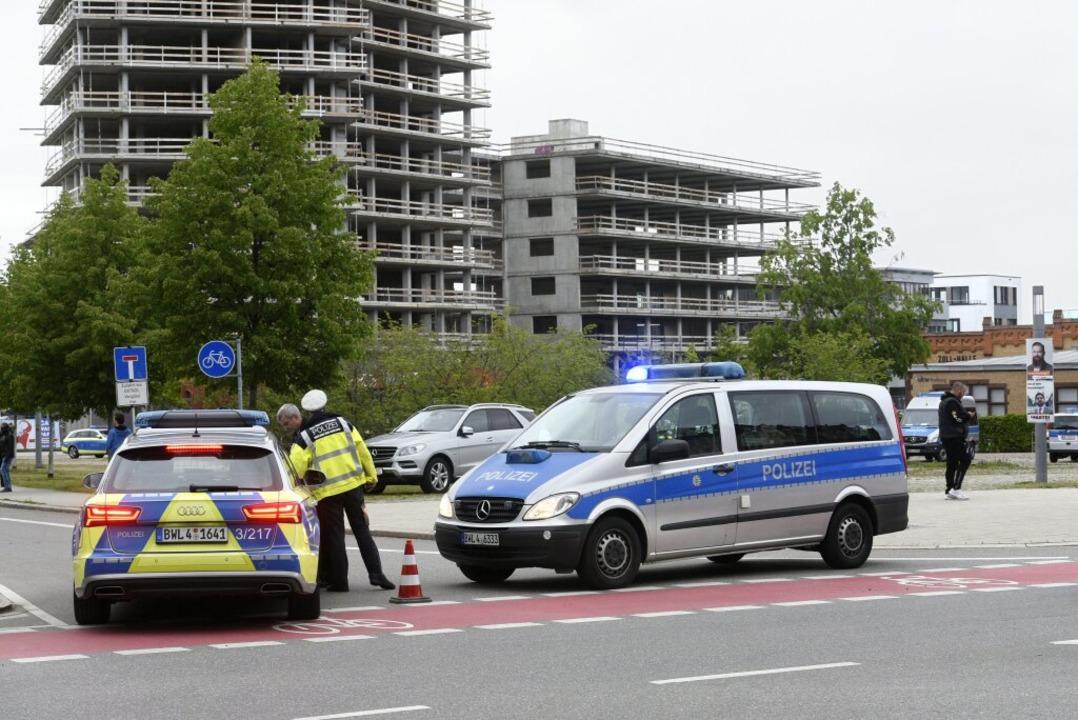 Die Polizei sperrt das Güterbahnhofare...nd ist der Smart Green Tower zu sehen.  | Foto: Thomas Kunz