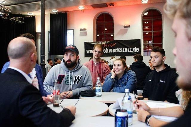 Jugendliche diskutieren bei Pizza über Politik