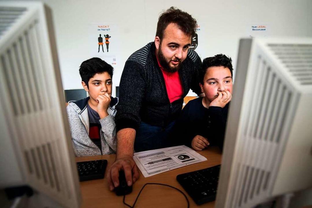 Fadi Hankir, Absolvent eines Freiwilli... das Programmieren einer Anwendung.       Foto: Andreas Arnold (dpa)