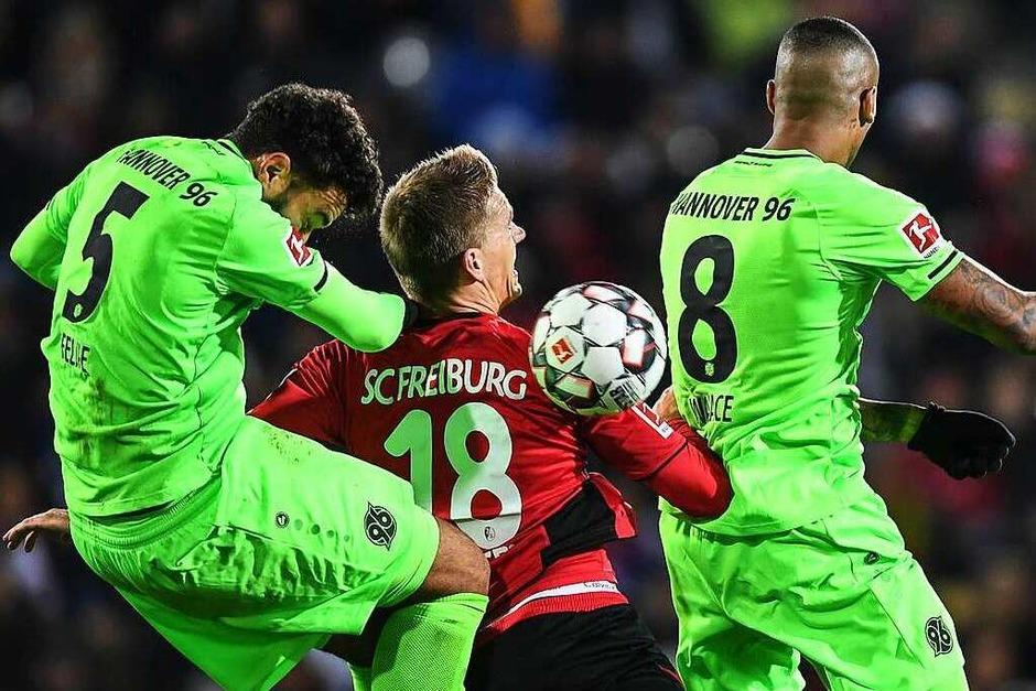 Dezember 2018: Kurz vor Weihnachten treffen Hannover und Freiburg aufeinander. Ganz im Sinne der Adventszeit werden die Punkte gerecht aufgeteilt, 1:1 endet das Spiel im Schwarzwaldstadion gegen die Niedersachsen. (Foto: dpa)