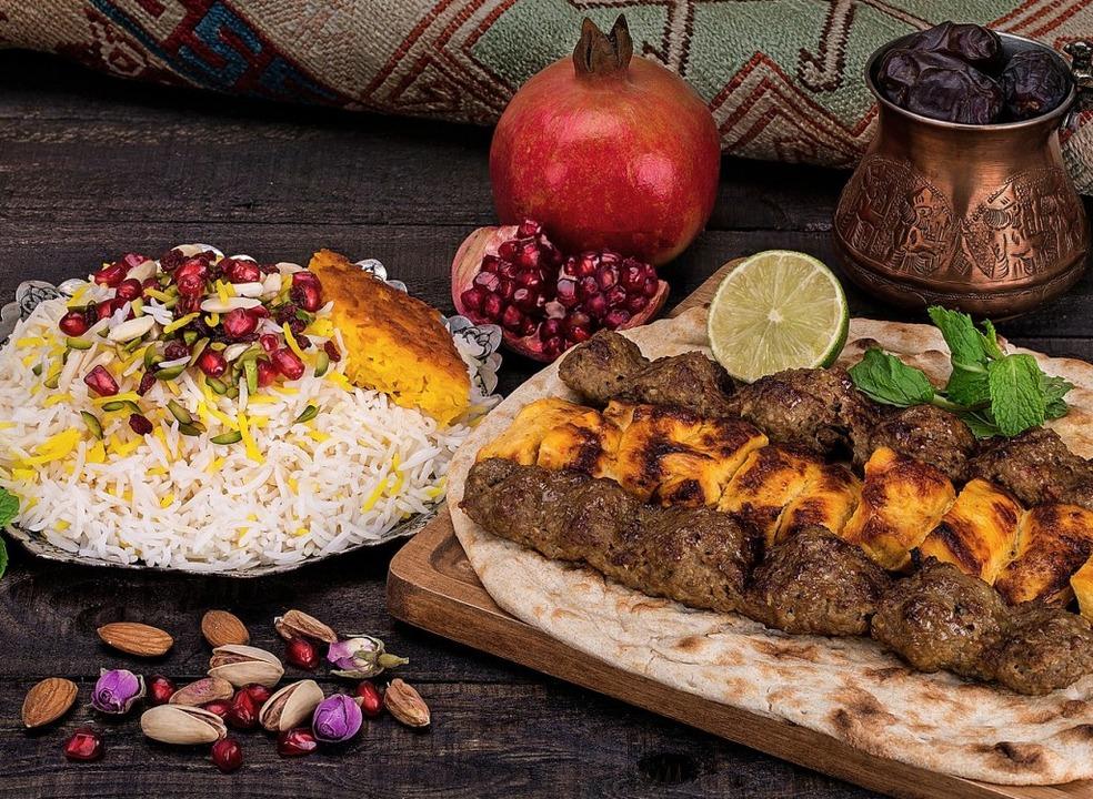 Fleisch, Reis, Nan, Pistazien, Granata...ür ein traditionelles persisches Mahl.  | Foto:  Mariam Far/Adobe.com