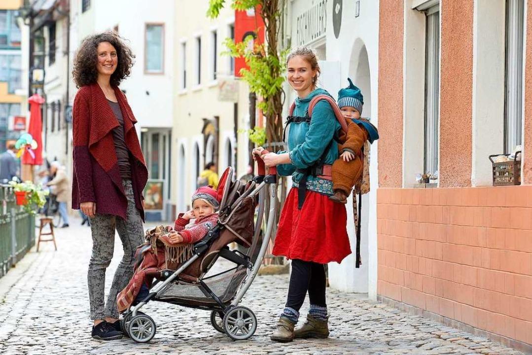 """Jasmin Stüve und Alia Ciobanu  (mit  H...Geburtswohnung Kuckucksnest"""" ein.    Foto: Ingo Schneider"""