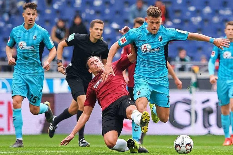 Florian Niederlechner kann sich gegen Hannovers Edgar Prib durchsetzen. Doch in diesem Spiel mochte dem SC-Spieler nur Weniges gelingen. (Foto: dpa)
