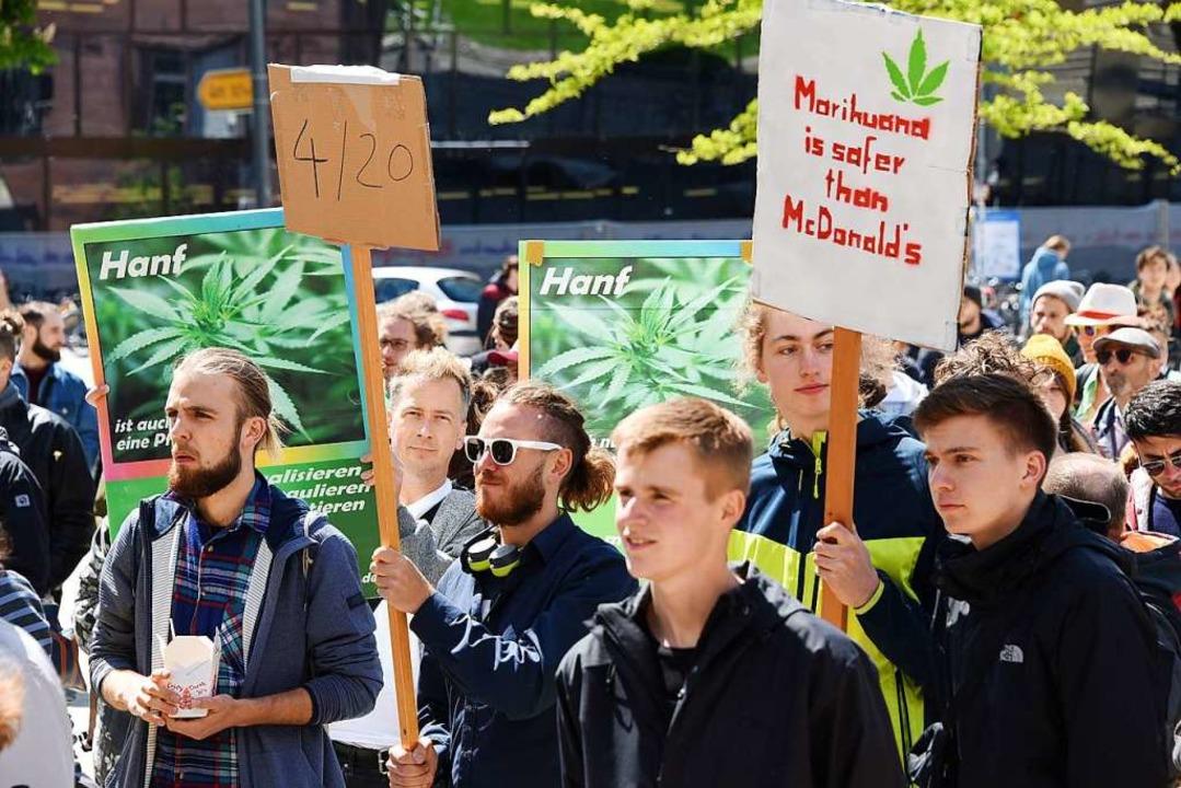 In Freiburg demonstrierten Hunderte für die Legalisierung von Cannabis.  | Foto: Rita Eggstein