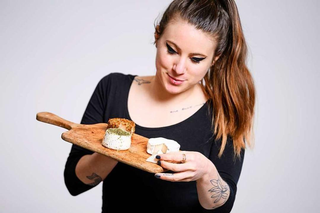 Alice Fauconnet zeigt: Schweizer Käse geht auch auf pflanzlicher Grundlage.    Foto: Manuel Lopez